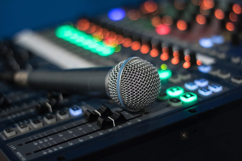 Microphone and mixing desk